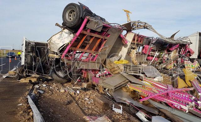 Espectacular accidente de un camion de feria en la entrada de Talavera