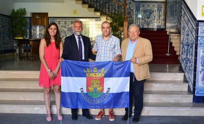 El triatleta talaverano Fernando Alarza es recibido por el alcalde