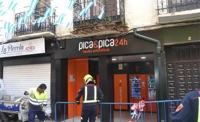 Se desprende parte de un balcón en la calle Arco de San Pedro (VÍDEO)