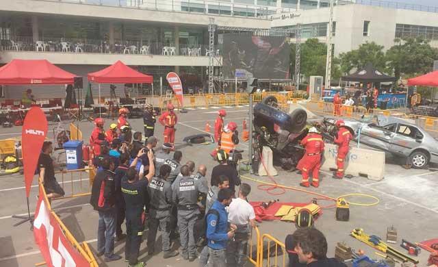 Los bomberos demuestran su pericia en rescates en accidentes de tráfico