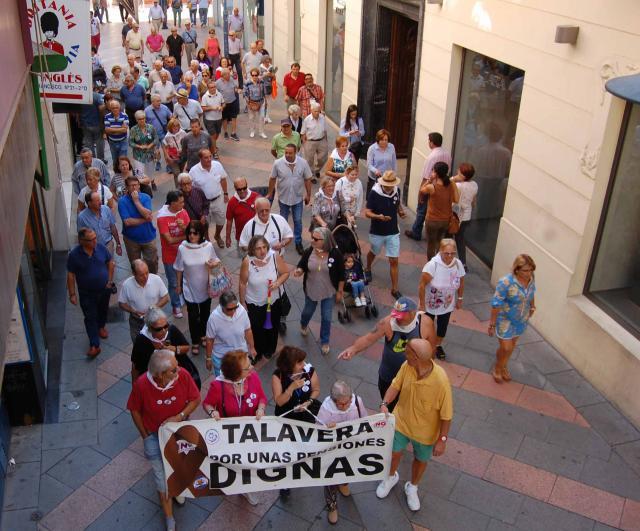manifestantes por la calle San Francisco, en Talavera de la Reina