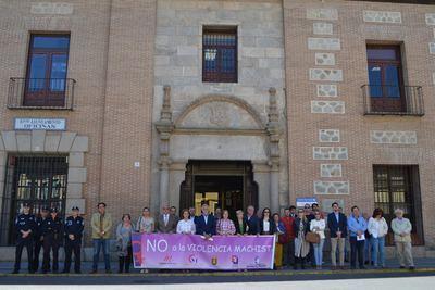 Minuto de silencio en Talavera por las siete mujeres y un menor asesinados en el mes de abril
