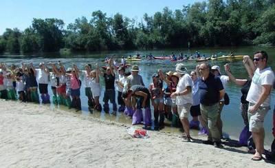 """Cerca de un centenar de personas se """"mojan"""" en Talavera para denunciar el estado del Tajo"""
