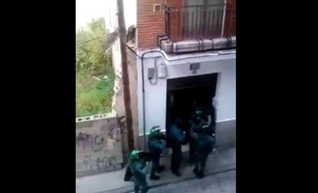 Gran despliegue de la Guardia Civil en una vivienda de Talavera (VÍDEO)