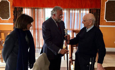 Félix del Mazo recibe un bastón de cerámica por su 101 aniversario