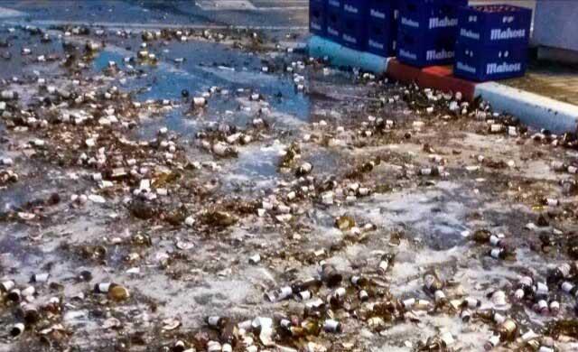 Un camión pierde cientos de botellines en la Avd Francisco Aguirre