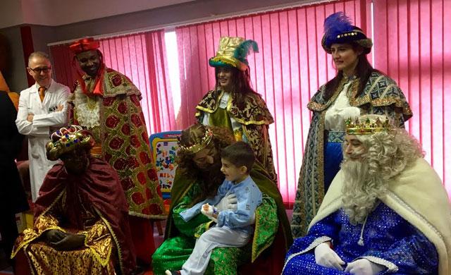 Los Reyes Magos visitan a los niños ingresados en el Hospital de Talavera
