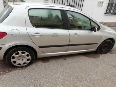 Cerca de 40 coches amanecen en Talavera la Nueva con las ruedas pinchadas