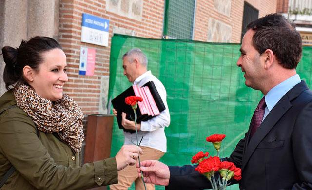 El PSOE reparte claveles por la igualdad de las mujeres
