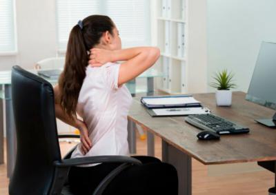 Dolor de espalda, cuello, muñecas... en el trabajo: aprende a prevenirlas