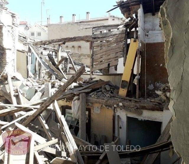 Un vecino desalojado tras derrumbarse parte de una vivienda antigua en el Casco