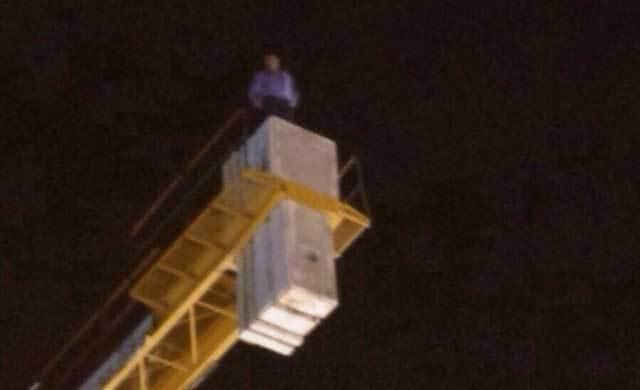 Un hombre se atrinchera en lo alto de una grúa en la Plaza Mayor de La Solana