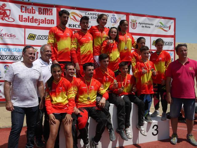 Lluvia de medallas para los pilotos del Club Los Pinos en el Campeonato de España de BMX