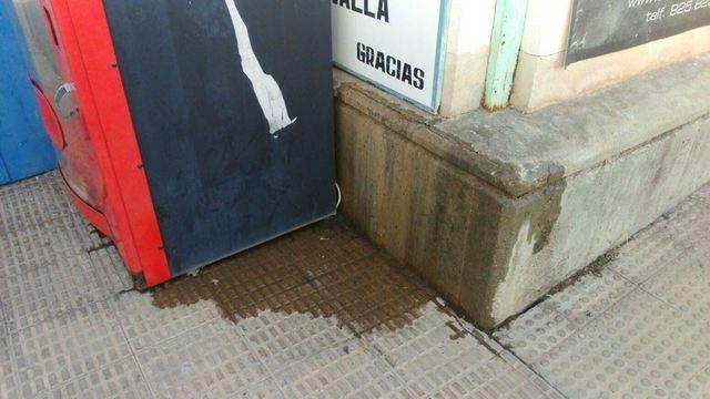 El agua de las duchas de los vestuarios del 'Zarra' se filtra al exterior