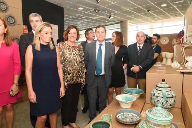 García-Page no se olvida de la cerámica de Talavera durante su visita a FARCAMA