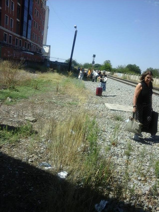 Los 52 viajeros tuvieron que caminar, con sus equipajes, 700 metros por las vías hasta la estación de Talavera