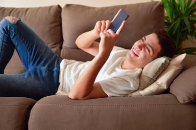 El 70% de los jóvenes de 18 a 24 años reconoce que prefiere ligar a través del móvil