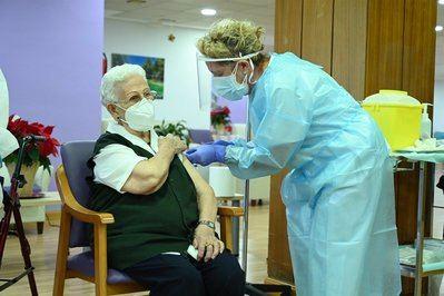 Primer día de vacunación, en la residencia de mayores Los Olmos de  (27 de diciembre)
