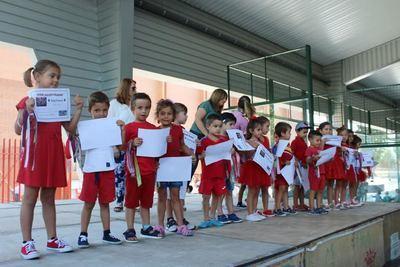 Los niños recogiendo su diploma de 'Verano Guay'
