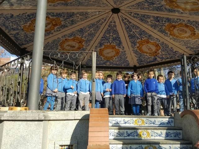 Los alumnos del Rafael Morales entonan villancicos en el Prado