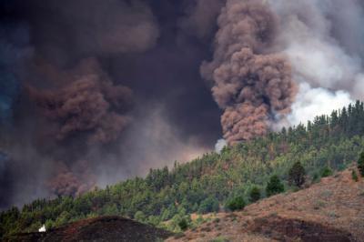 El volcán de La Palma tiene siete bocas y la lava ha alcanzado viviendas evacuadas