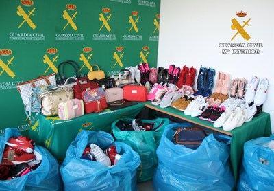 La Guardia Civil interviene 121 bolsos y 567 pares de zapatillas falsificadas