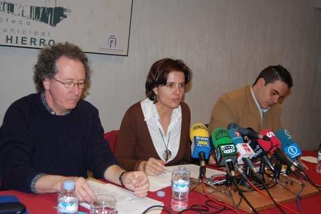 La-Roca, Hern�ndez-Mora y S�nchez, durante la presentaci�n del VII Congreso Ib�rico. (Foto: J.F.)